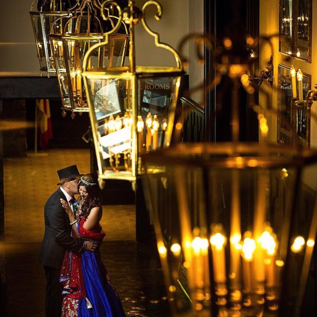 Kiss under the chandelier daphotostudio